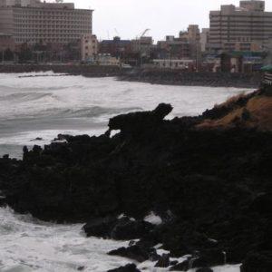 小さすぎて思わず「あれですか?」と確認したくなる済州島の「竜頭岩」