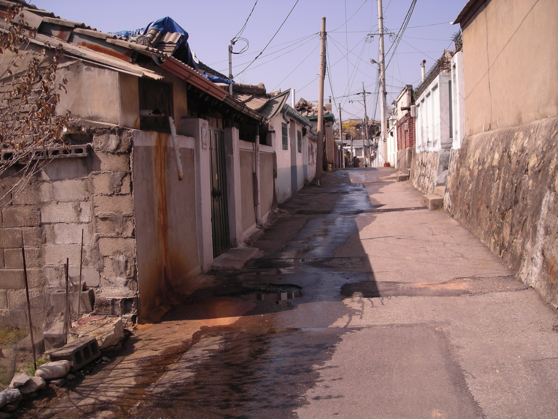 江原道春川市にある瓦屋根の家がマンションになってしまう