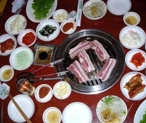 焼肉屋のおばさんが焼いた肉をハサミで切るのを見て驚いた