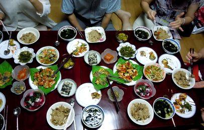 【韓国でホームステイ体験】ご近所さんも集まって賑やかな食事会